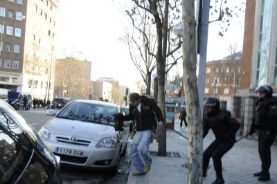 Policia antidisturbios golpeando al reportero de Reuters