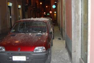 Restos de derrumbe sobre un coche
