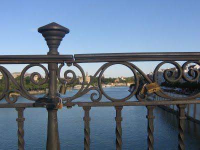 Los candados en el puente de Sevilla