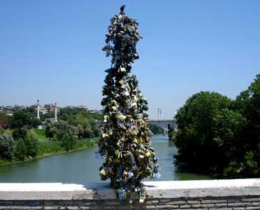 Una de las farolas del puente Milvio