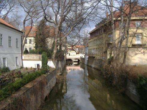 Canal situado al lado del río Moldava