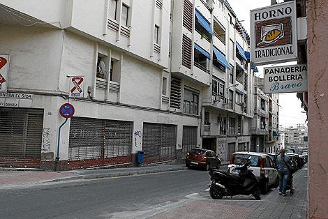 Fachada del edificio en el que se encuentra el burdel. | Roberto Pérez | El Mundo